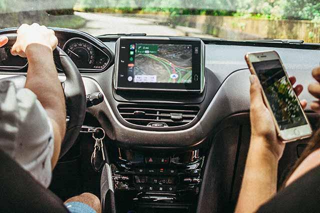 Gente usando CarPlay Wireless con la app de Google Maps
