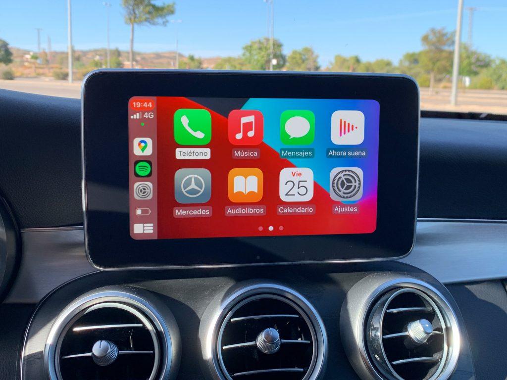 Pantalla de Apple CarPlay en Mercedes Clase C W205